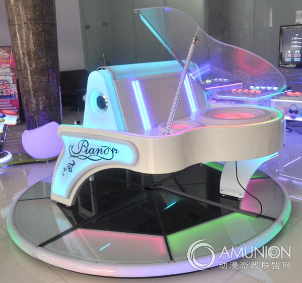 梦幻钢琴游戏机玩法说明视频介绍   在一些比较高档的餐厅里,通常都会看到有钢琴的演奏,因为钢琴可以很好的营造出一种安静且充满情调的氛围。在生活中,学习钢琴费时长,短时间难攻破,令无数想学习钢琴的人不得不放弃。梦幻钢琴游戏机的现世就是旨在帮大家完成钢琴梦,让人们在娱乐中学习钢琴,并让钢琴在人群里得到普及。  梦幻钢琴游戏机颜色幻彩多变   梦幻钢琴最大的亮点区别于普通钢琴是拥有宽大的高清显示屏幕,可以给练习者更为直观的练习方式,提升练习者的乐感,激发练习者的兴趣成分,以致于在娱乐中轻松上手。梦幻钢琴游戏机采