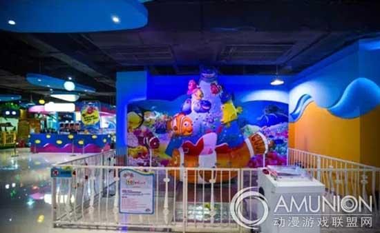 大白鲸世界儿童乐园,中国室内儿童乐园的知名连锁品牌,全国21家分店。大白鲸世界室内儿童乐园除了优秀的 管理团队在支撑,在儿童游乐设备更新换代方面也做的很好。让我们走进大白鲸世界儿童乐园,看看都有哪些儿童游乐设备。   2014-2015年大白鲸世界儿童乐园主力人气儿童游乐设备   海岛大冒险      大白鲸驾驶学校    5D立体影院    小飞鱼    迷你旋转塔     海豚圆舞曲    旋转海马     能量漩涡     海底飞艇    终结者    &&&   201