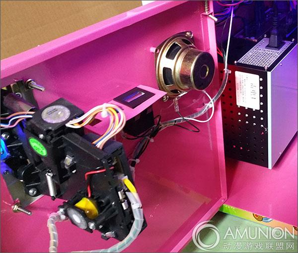 小小飞行员打飞机游戏机是一款屏幕式模拟射击游戏,可实现单人或双人玩乐,游戏经典刺激,玩法简单,适合亲子同乐。  小小飞行员打飞机游戏机展示图  小小飞行员打飞机游戏机实拍展示图   小小飞行员打飞机游戏机采用飞行模拟驾驶震动手柄,握感舒适,操控感优异。机身炫彩灯光设计,耀眼动人,魅力十足。采用22寸液晶显示屏,使得游戏的整体视觉效果更震撼。  小小飞行员打飞机游戏机操控台  小小飞行员打飞机游戏机背面实拍图  小小飞行员打飞机游戏机散热风扇  小小飞行员打飞机游戏机内部组件展示   小小飞行员打飞机游