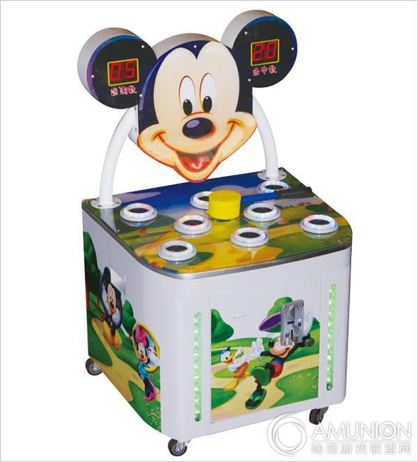 米奇打地鼠儿童游戏机以可爱的米奇老鼠为原型而设计,是一款经典的敲击类娱乐机台,优质五金制作,加上绚丽的灯效让机台更具档次。机台共设有8只老鼠头,在游戏过程中,可以提升孩子手部和眼部的协作能力以及快速反应能力,深受小孩子们喜爱,是儿童乐园必备的设备之一。  米奇打地鼠儿童游戏机展示图   机台采用精密配件、故障率极低。先进的生产工艺以及精细的作工,规范的生产流程,在层层把关下,确保每个产品都完美无暇。  米奇打地鼠儿童游戏机参数展示   游戏玩法简单,老少皆宜。玩家投入代币后,游戏开始,米奇跳出来后用专