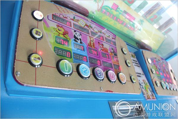 花果山传奇2S游戏机视频介绍  花果山传奇2S游戏机顶部灯箱   花果山传奇2S游戏机采用优质五金制作而成,硬度高,经久耐用。表层经喷漆处理可有效防止锈迹的产生,历久弥新。镂空的内嵌灯光设计,提升机台魅力。花果山传奇2S游戏机拥有前所未有的多样化经营模式,可根据市场变化需求随意选择。  花果山传奇2S游戏机灯效展示   游戏讲述的是5只动物主角在演绎爬树的故事,游戏中的每只动物分别与游戏控台上的数字相对应,玩家在游戏前投入所需代币,选择认为可能中奖的动物后,按下相对应的数字按钮键,等待游戏结果,谁猜中的动