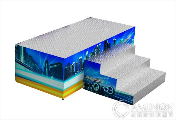 星际时速游乐设备视频介绍 星际时速游乐设备的亮点设计在于对车型的完美把握,采用超级跑车的外观造型无疑给众人眼前一亮的观感,跑车前脸帅气逼人,鹰眼大灯设计给人极高辨识度,大灯边缘采用曲线LED光源,添彩塑型。单边灯组拥有四个独立支持变换的闪灯,运行时绚丽多变,精彩绝伦。