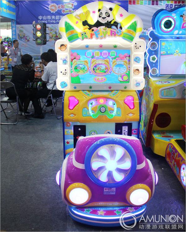 飞行奇侠赛车游戏机是中山光阳游乐推出的一款儿童竞速类游戏机,产品的灵感设计来源于孩子对飞机的向往和热爱,从游戏机外观到游戏本身都运用了众多的飞机元素,将机台打造得独特新颖,充满活力。而靓丽的色彩选择加上机身多处的灯光效果,亮眼至极。  飞行奇侠游戏机展示图   作为一款专为儿童设计的游乐产品,飞行奇侠游戏机以孩子们的兴趣为出发点,运用众多孩子们喜爱的卡通动物图案提升机台的受欢迎程度,不论是从外观到游戏题材的选择均有涉及,有力俘获孩子们的芳心。跟以往的赛车游戏所不同的是,在本作的竞技里没有车辆的出现,而