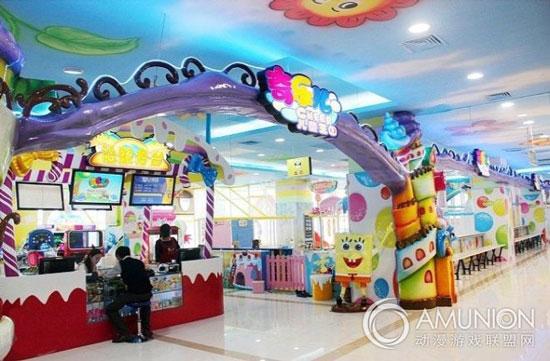 一、最火的儿童业态有哪些   最火的儿童产品业态基本可分为儿童零售、儿童服务、儿童游艺娱乐和主题公园四大类。    1、儿童零售类   儿童零售类现今趋势为集合店形式,一站式的零售综合商店,店内汇集多种品牌及适合不同年龄层的商品,面积一般为1000-3000平方米。   儿童零售类基本情况    零售品牌列举     儿童零售集合店品牌列举    2、儿童服务类   在生活上给予婴幼儿童专业上或主题类的服务,如儿童摄影、婴幼儿游泳、宝宝理发、儿童主题餐厅等。   婴幼儿辅助设施是商场自行设立的服务项目