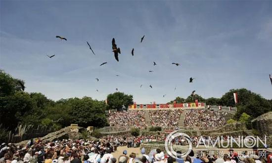 法国狂人国1978年向公众开放。作为一座与众不同的主题乐园,它为游客打造独特的游玩体验。游客对一般主题乐园的预期将在这里被颠覆。    狂人国    没有任何游乐设备   狂人国没有任何游乐设备,但2013年6月的IFOP调查中,狂人国已经连续三年被评为法国最受欢迎的乐园;2014年成为法国游客量排名第二的主题乐园,当年游客人数为1,912,000人。    创意是狂人国乐园的制胜法宝   创意是狂人国乐园的制胜法宝。在这里,游客踏上历史之旅,回到过去。在乐园50公顷的土地上,游客将欣赏到美丽、自然的