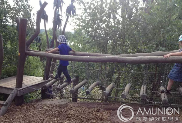 室外儿童游乐设施的各种桥