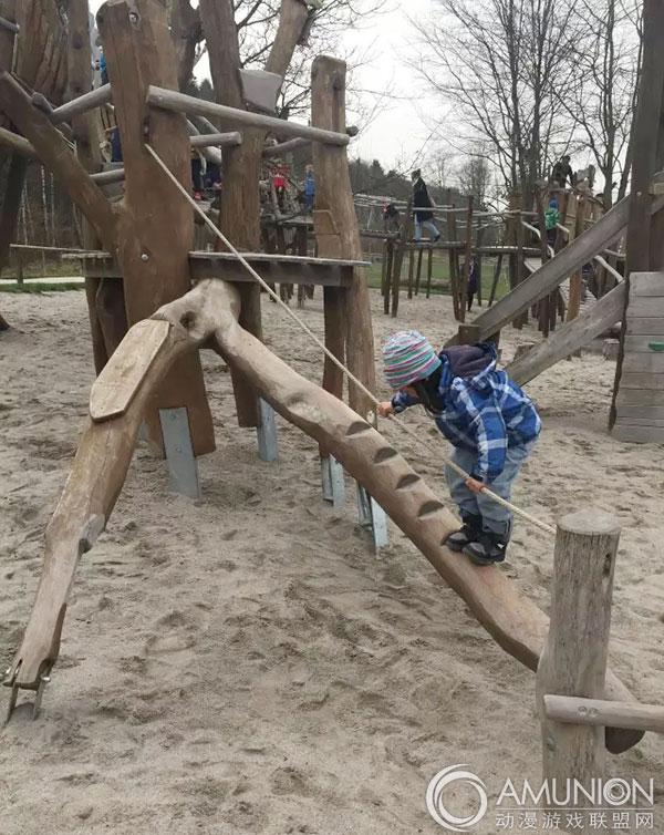 德国人给孩子搭建的室外儿童游乐设施