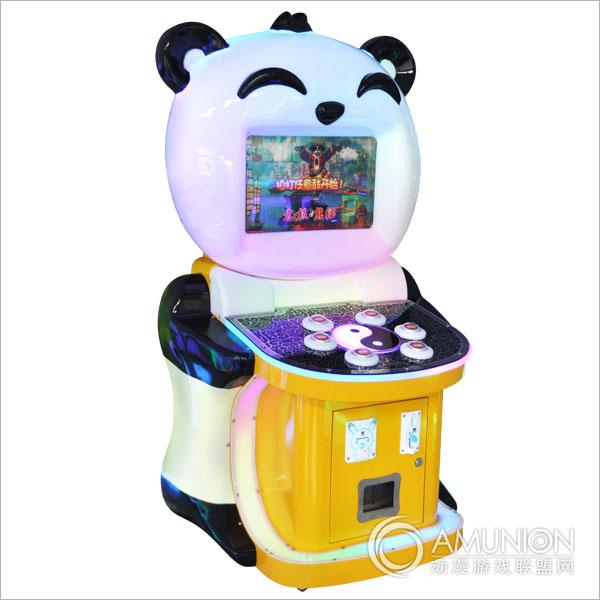 太极熊猫游戏机视频演示 太极熊猫游戏机规格:   尺  寸:L70*W92*H162   功  率:200W   重  量:85KG 太极熊猫游戏机产品特点:   全发光机台,采用熊猫造型,绝对吸引人气!   游戏中的主角是熊猫,憨厚可爱,夸张的武打动作绝对吸引孩子们的目光。   玩法简单易上手,声音效果逼真,在激情澎湃的战鼓声中作战!   游戏有彩票与扭蛋两种奖励模式,彩票模式下每过一关都有奖励,让每个玩家都不会空手而归。   针对儿童身高尺寸设计,适合各种儿童型场地。 太极熊猫游戏机玩法说明:   根